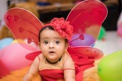 Indiern behandla som ett barn klätt som en ängel royaltyfria foton