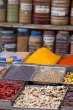 Indiern färgade kryddor på den lokala marknaden i Goa, Indien royaltyfria foton