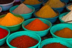 Indiern färgade pulverkryddor i Arambol, norr Goa, Indien royaltyfria bilder