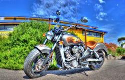 Indiern spanar mopeden Royaltyfri Fotografi
