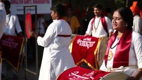 Indiern trummar kapacitet på festivalen stock video