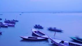 Indiern vallfärdar ekan i gryning, Ganges River i Varanasi, Indien stock video