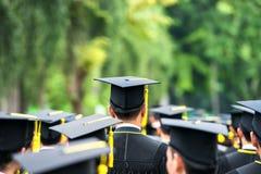 Indietro dei laureati durante l'inizio all'università Fotografie Stock Libere da Diritti