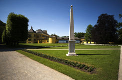 Indietro del castello di Hellbrunn con l'obelisco fotografia stock