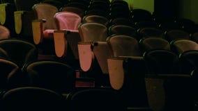 Indietro del conduttore e dei musicisti in sala da concerto e balaustro archivi video