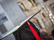 Indietro del laureato durante l'inizio all'università, fine su al cappuccio laureato Graduation Fotografia Stock