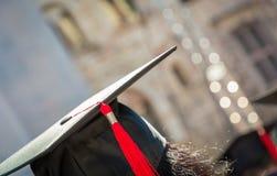 Indietro del laureato durante l'inizio all'università, fine su al cappuccio laureato Graduation Fotografie Stock