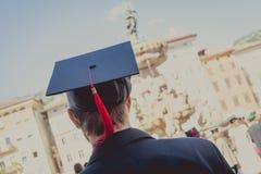 Indietro del laureato durante l'inizio all'università, fine su al cappuccio laureato Graduation Immagini Stock Libere da Diritti