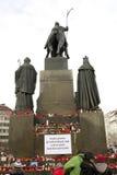 Indietro del monumento di Wenceslas con le candele Fotografia Stock Libera da Diritti