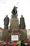 Indietro del monumento di Wenceslas con le candele Fotografie Stock