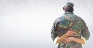 Indietro del soldato che abbraccia contro la parete bianca illustrazione vettoriale