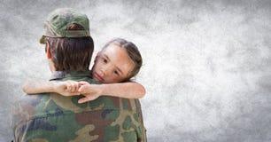 Indietro del soldato con la figlia contro la parete bianca con la sovrapposizione di lerciume Fotografia Stock