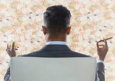 Indietro dell'uomo di affari in sedia che esamina il contesto dei soldi Immagini Stock Libere da Diritti