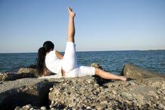 Indietro della donna che fa sport in mare Fotografie Stock