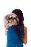 Indietro della donna con il cane shi-tsu Immagine Stock