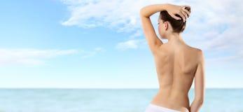 Indietro della donna sul cielo e sul mare di estate fotografia stock libera da diritti