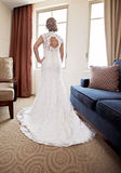 Indietro della sposa alla finestra fotografie stock