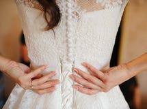 Indietro della sposa in vestito e mani sulla cinghia Fotografie Stock