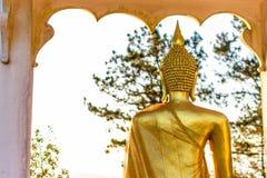 Indietro della statua dorata di Buddha Fotografia Stock