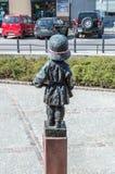 Indietro di piccola statua dell'insorto per commemorativo dei soldati del bambino che hanno combattuto e morto durante la rivolta immagine stock