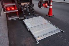 Indietro di un trasporto e di uno stre delvering dell'ascensore di acciaio inossidabile del camion fotografie stock