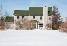 Indietro di una casa e di un'iarda in neve Fotografia Stock Libera da Diritti