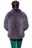 Indietro di una donna in una pelliccia viola fatta della volpe artica e del gree immagine stock libera da diritti