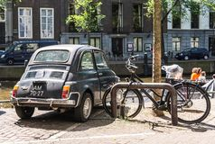 Indietro di vecchia piccola automobile italiana arrugginita nera Fiat 500L o Lusso immagine stock libera da diritti
