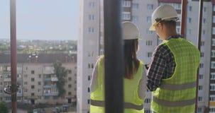 Indietro ha girato l'architetto ed il tecnico ai modelli d'esame dell'ufficio del cantiere video d archivio