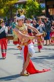 Indifenous-Tänzermann mit dem traditionellen Kostüm, das Behälter mit hält Stockfoto