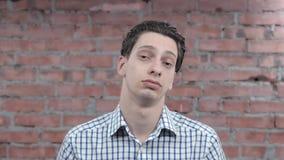 Indifférence exprès d'homme adulte, désintérêt sur l'appareil-photo audition bâti acteur banque de vidéos