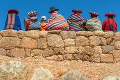 Indigène Quechua sur Inca Wall, Pérou photographie stock libre de droits