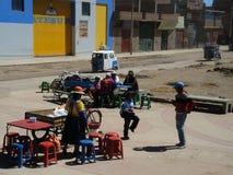 Indigènes dans la rue, Juliaca, Pérou photographie stock