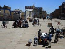 Indigènes dans la rue, Juliaca, Pérou photographie stock libre de droits