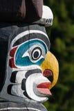 Indigènes de poteau de totem représentant la culture unique des premières nations images libres de droits