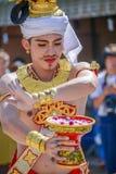 Indigenoud-Tänzermann mit dem traditionellen Kostüm, das Behälter mit hält Lizenzfreie Stockfotos