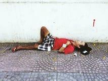Indigente che dorme sulla via fotografie stock