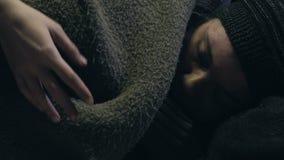 Indigente di copertura volontario con la coperta, preoccuparsi del barbone, carità stock footage