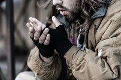 Indigente que tenta obter morno imagem de stock royalty free