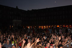 Indignados sitzen sich im Piazza-Major, Madrid hin Stockbild
