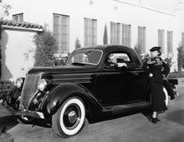 Indignerad kvinna och man i bil (alla visade personer inte är längre uppehälle, och inget gods finns Leverantörgarantier som där  Royaltyfri Bild
