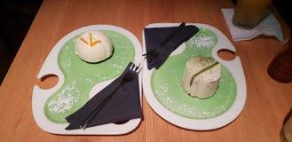 Indigoblå efterrätter och dekor för kakor för restaurangcluj mat arkivfoto