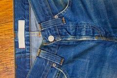 Indigoblå jeans med en knapp Arkivbild