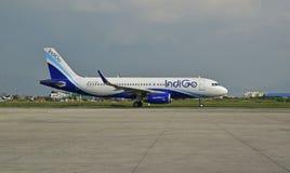 Indigoluchtvaartlijn bij de Internationale Luchthaven van Nepal Tribhuvan royalty-vrije stock afbeeldingen
