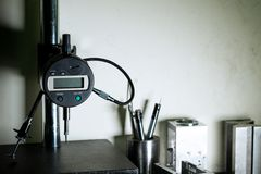Indikator för mikrometerklämma på att mäta ställningen i avdelning för kvalitets- försäkring Arkivfoto