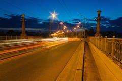 Indikatoren vom Führen von Autos auf der Brücke an der Dämmerung Stockfotografie