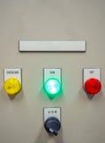 Indikatorljus på den elektriska kontrollbordet med mellanrumsnamnetiketten Arkivbild