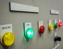 Indikatorljus på den elektriska kontrollbordet med mellanrumsnamnetiketten Arkivfoto
