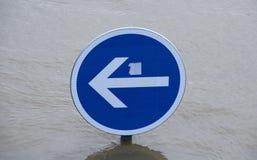 Indikatorzeichen versenkt durch Wasser lizenzfreie stockfotografie