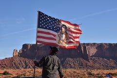 Indio de Navajo que aumenta la bandera americana Fotos de archivo